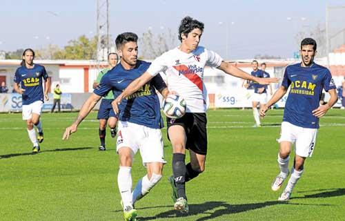Carlos Fernández protege el cuero en el partido ante el UCAM Murcia. / Inma Flores