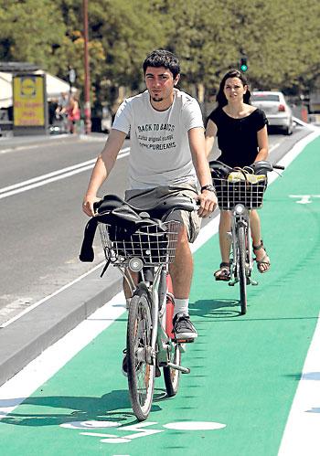 La norma que regula la convivencia de peatones y ciclistas está avalada por los tribunales. / Paco Cazalla