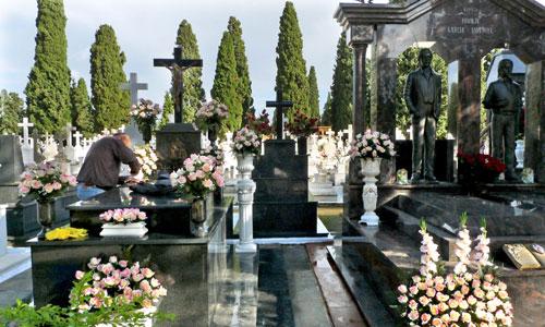 Los entierros en Sevilla son ahora más caros que hace dos años por la subida de los impuestos. / Paco Puentes