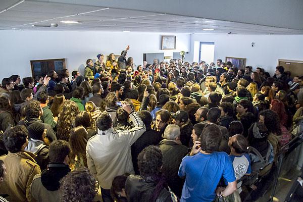 Concentración de estudiantes en la Facultad de Derecho. / Foto: Génesis Lence