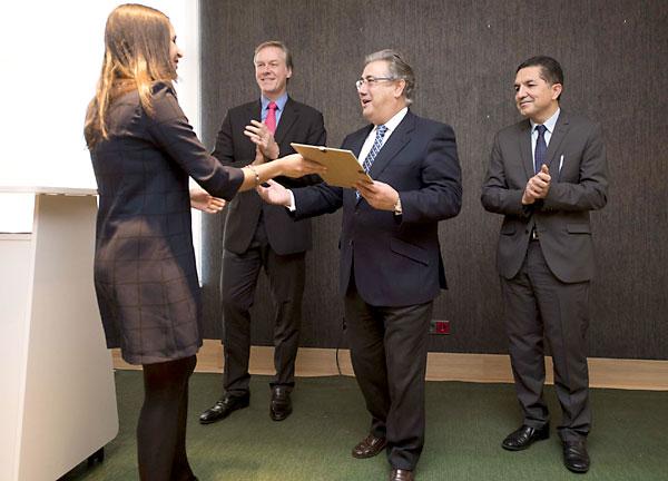 El alcalde entrega una beca ante el presidente de Heineken España, Richard Weissend, y el secretario de Economía, Gaspar Llanes. / J.M. Paisano