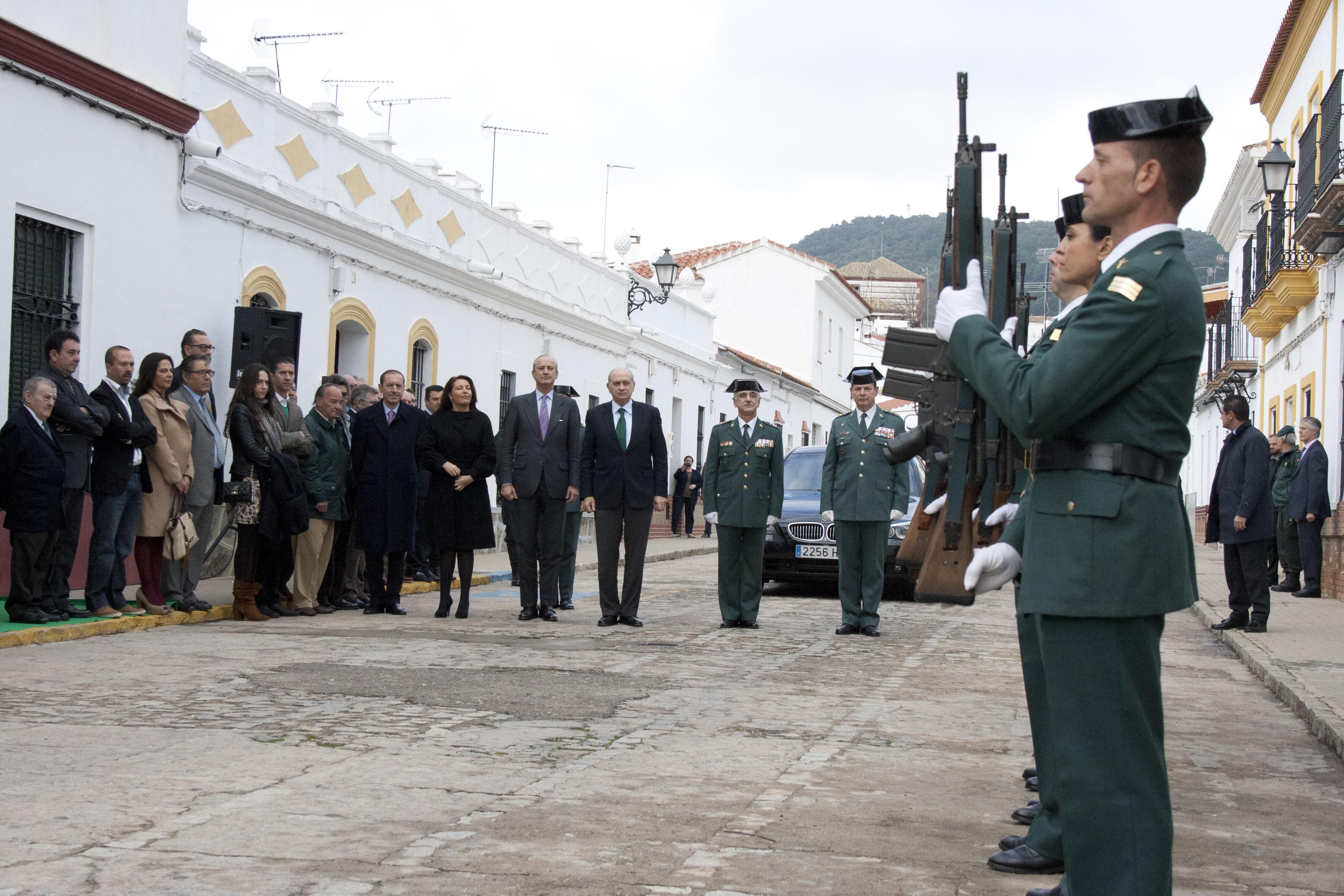 Efectivos de la Guardia Civil reciben a las autoridades durante el acto de inicio de las obras de reforma y ampliación del cuartel. / Foto: F.J.D.