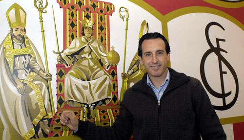 Unai Emery posa en el interior del estadio con un gran escudo del Sevilla detrás. / Manuel Gómez