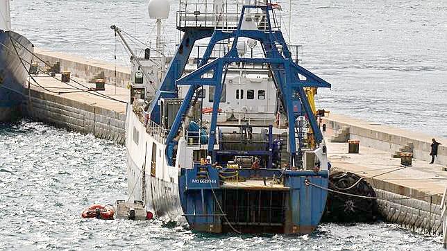 La Armada detuvo la actividad del barco Endeavour en 2013 cuando intentaba expoliar un pecio en aguas españolas. / EFE