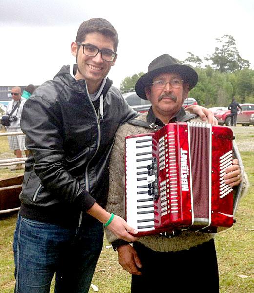 «Un empresario me llevó a Chile y me estafó. Me abandonó en una isla, donde conocí al acordeonista de la foto»