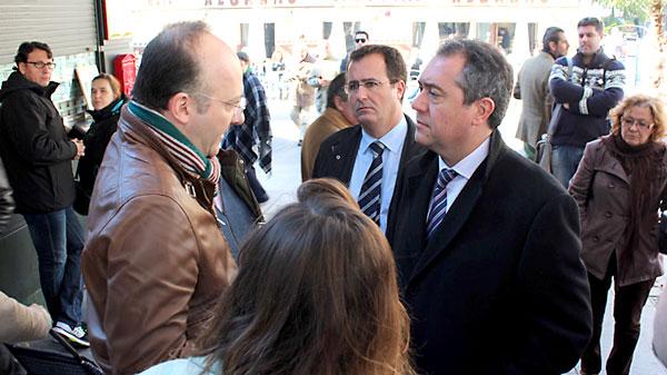 Visita de Juan Espadas a la zona comercial de la Encarnación. / El Correo