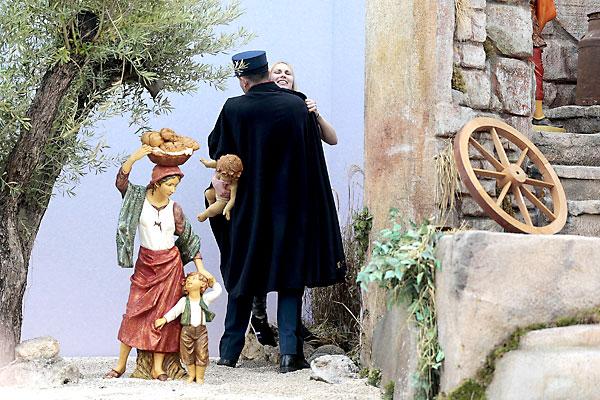 Un miembro de la gendarmería vaticana cubre y detiene a una activista de Femen que intentó llevarse la figura del niño Jesús del belén instalado en la Plaza de San Pedro del Vaticano. / EFE