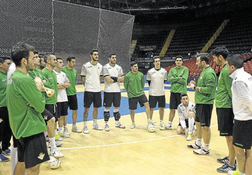 José Vidal habla con sus jugadores en el último entrenamiento antes del partido. / Manuel Gómez