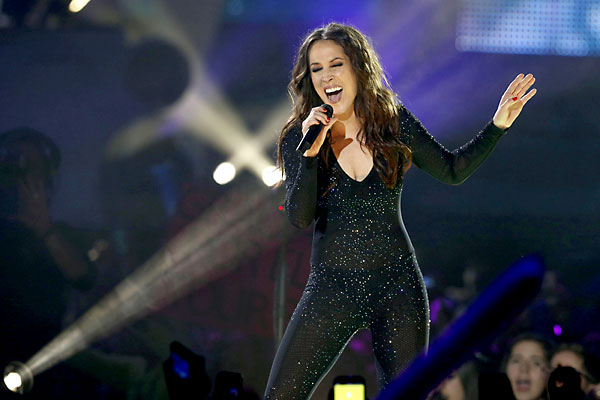 La cantante Malú durante su actuación en la gala de entrega de los premios 40 Principales. / EFE