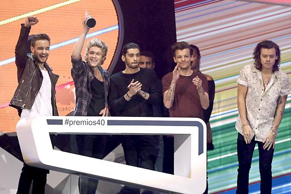 El grupo británico One Direction recibe su galardón durante la gala de entrega de premios de los 40 Principales 2014. / EFE