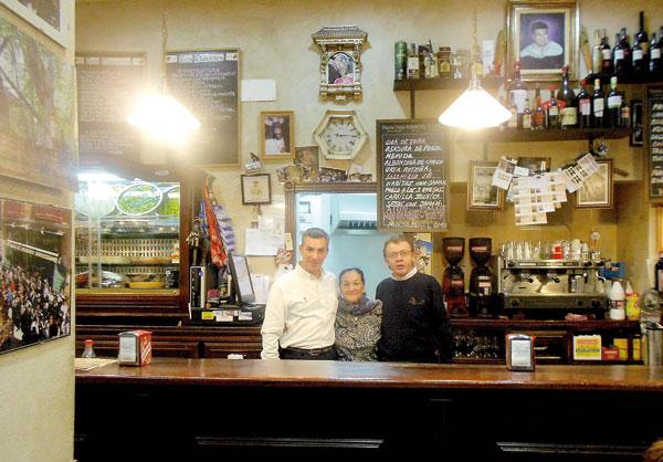 La taberna Los Claveles conserva el sabor auténtico de la tradición sevillana. / J.C.