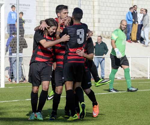 Los jugadores del Gerena celebran el gol del triunfo ante la Rociera. / Inma Flores