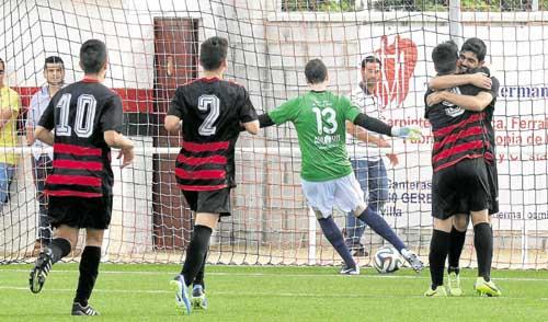 Los jugadores del CLC Gerena celebran un gol ante la Balompédica Lebrijana. / Inma Flores