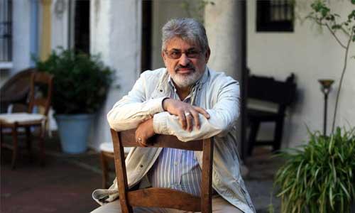 El poeta de Tarifa Jenaro Talens posa durante una visita a la ciudad de Córdoba./ Paco Sánchez