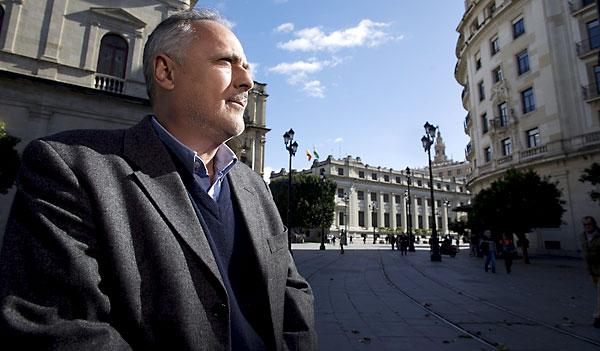El coordinador local deIzquierda Unida en Sevilla, José Manuel García, en la Plaza Nueva. / Pepo Herrera