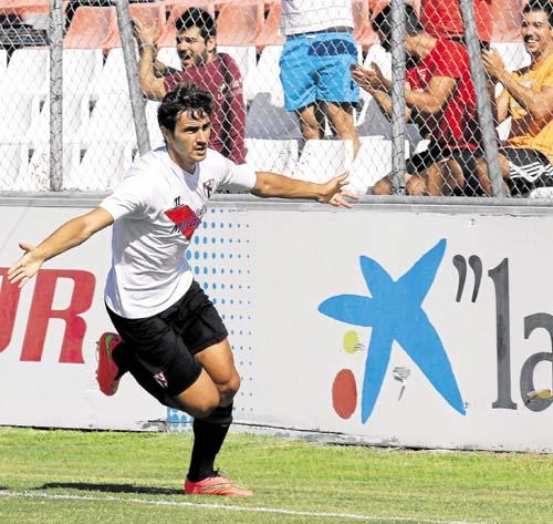 Juan Muñoz celebra un gol. / José Luis Montero