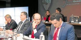 José Castro conversa con Del Nido Carrasco durante la pasada Junta de accionistas del Sevilla. /EFE