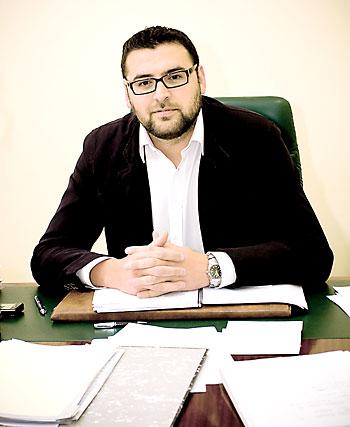 Lorenzo Medina, en su despacho del Ayuntamiento guillenero. / El Correo