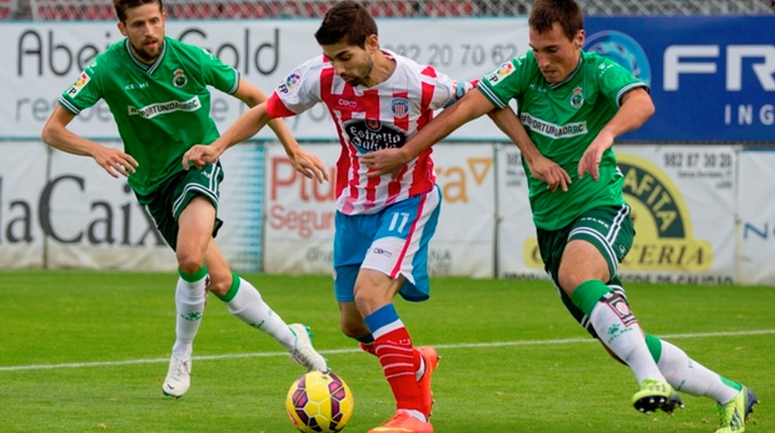 Manu entre dos rivales. Foto: CDLugo.