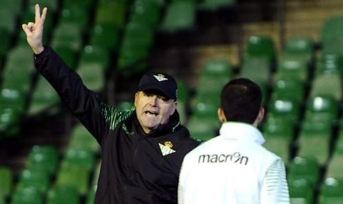 El entrenador del Betis, Pepe Mel, conversa con uno de sus jugadores. / Foto: Inma Flores.