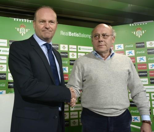 Mel y Juan Carlos Ollero estrechan las manos antes del inicio de la presentación del madrileño como entrenador del Betis. / Manuel Gómez