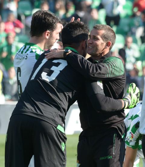 Merino se abraza con Adán tras la victoria ante el Racing / Manuel Gómez