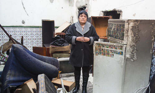 Leonor Campo muestra el estado en el que quedó la casa en la que murió su madre el pasado día 11 en un incendio. / Carlos Hernández