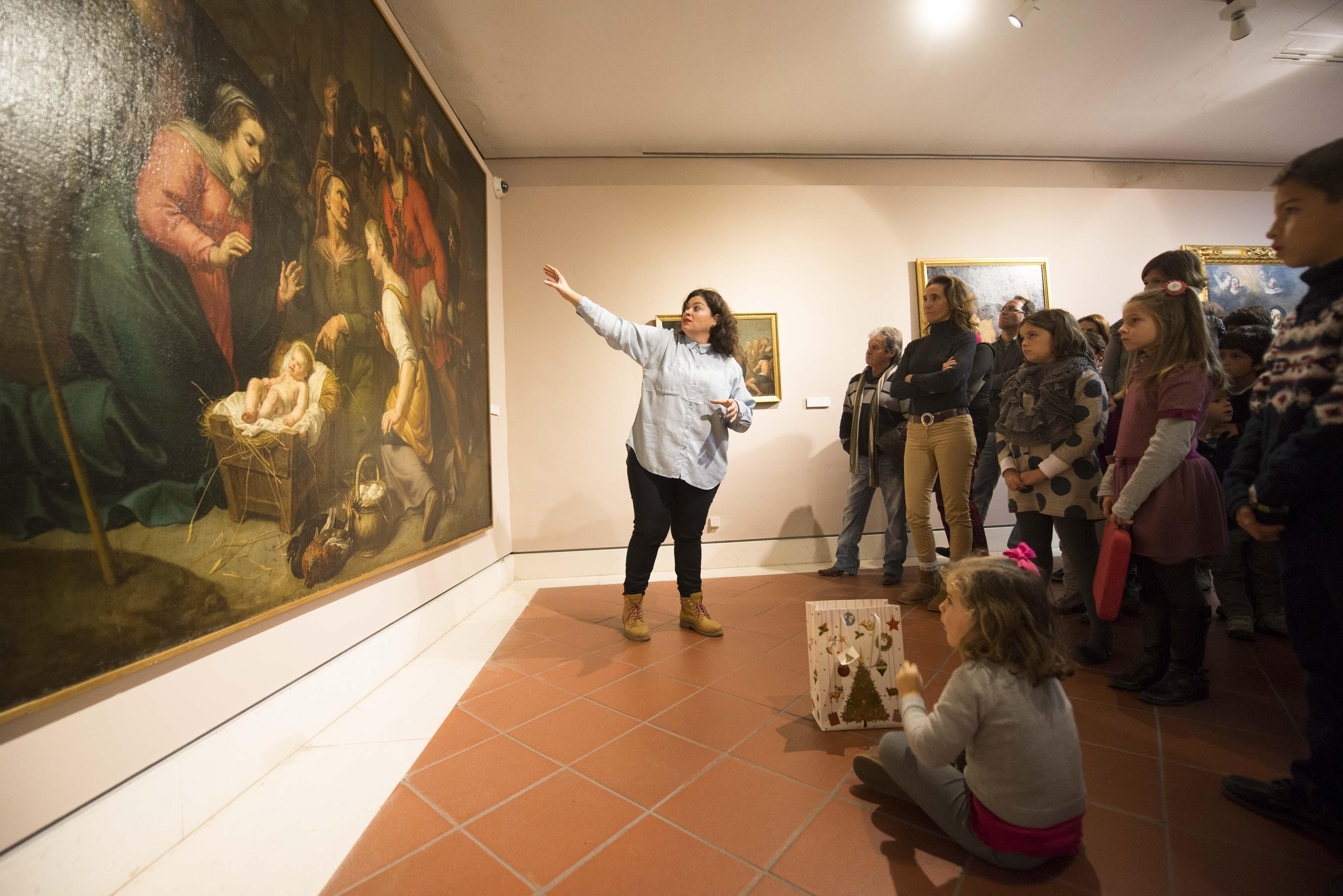 El Museo de Bellas Artes celebró ayer una original visita por las obras de temática navideña de la colección. / J. M. Paisano