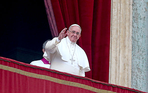 """El papa Francisco saluda desde el balcón de la Logia central de la basílica de San Pedro durante su tradicional bendición """"Urbi et Orbi"""".  / EFE"""