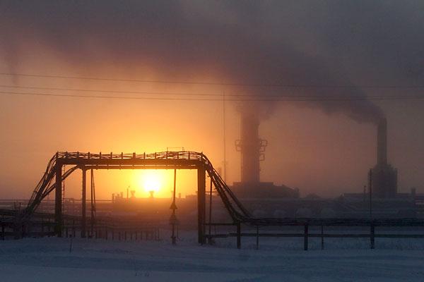 Imagen de una planta petrolífera y gasífera en plena actividad. / EFE