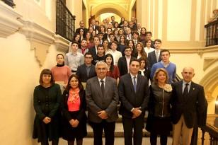 Los premiados posan junto al rector de la Hispalense, Antonio Ramírez de Arellano. / El Correo