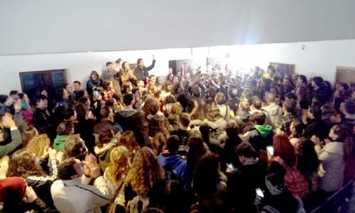Momento en que se les informa a los estudiantes de que el claustro no se está celebrando. Foto: Verónica Escámez