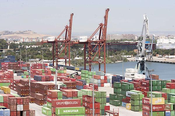 Zona de contenedores en el Puerto de Sevilla. / J.M.Paisano
