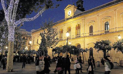 El reloj de la torre del Ayuntamiento es el más laborioso de mantener y el que esta noche hará entrar a 2015 en buena parte de los sevillanos. / José Manuel Cabello.