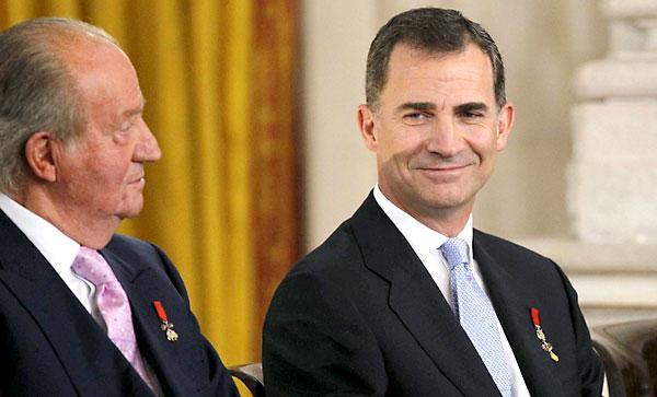El rey Felipe VI, junto a Don Juan Carlos. / EFE