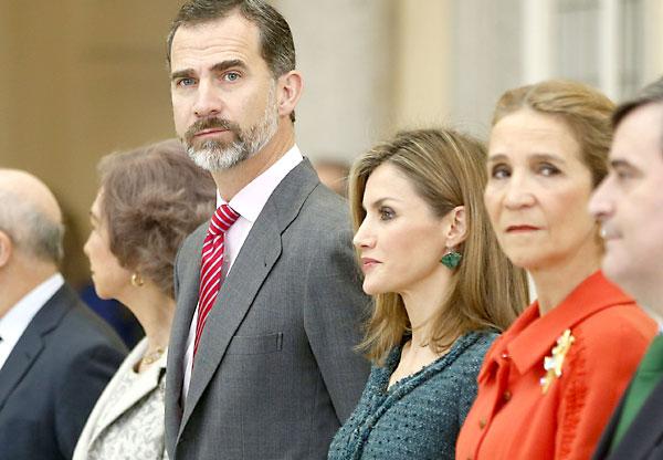 Los Reyes, don Felipe y doña Letizia, junto a la Reina doña Sofia y la Infanta Elena, en un acto este jueves en Madrid. EFE