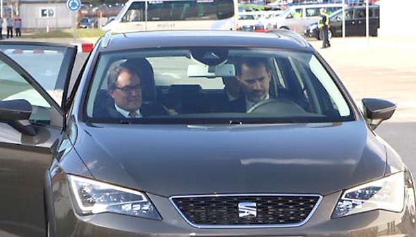 El Rey Felipe VI junto con Artur Mas, en la factoría de Seat. / El Correo