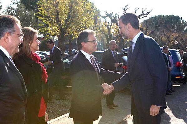 El Rey Felipe VI saluda Artur Mas. / El Correo