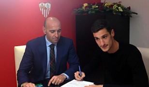 El director deportivo del Sevilla, Monchi, y el ftubolista Sergio Rico en la ampliación de su contrato. Foto: SFC.
