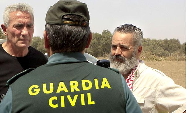 """Juan Manuel Sánchez Gordillo (dcha) y Diego Cañamero durante la ocupación de la finca """"Las Turquillas"""". / EFE"""