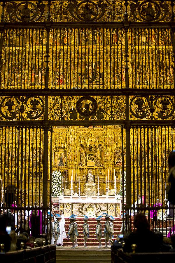 Los Seises bailan en la Catedral. / Carlos Hernández