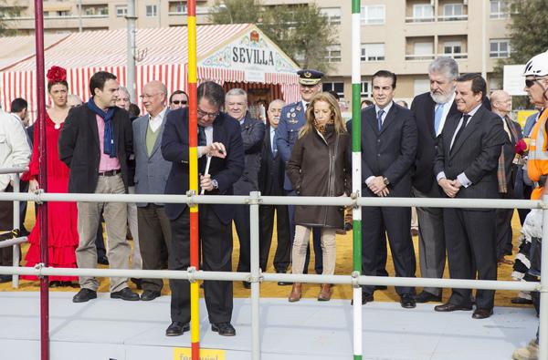 Colocación del primer tubo de la Feria de Abril. / Pepo Herrera