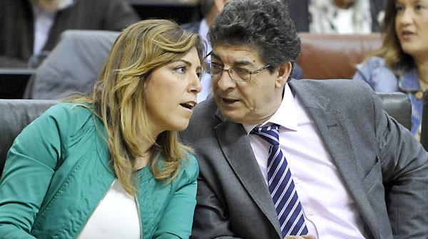 La presidenta de la Junta de Andalucía, Susana Díaz, conversa con el vicepresidente del ejecutivo, Diego Valderas. / EFE