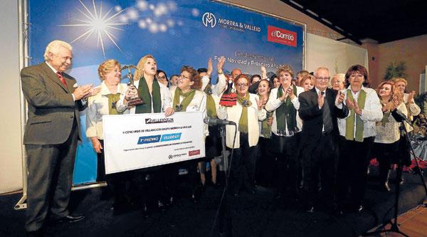 El coro campanillero del Barrio de la Macarena recibió el primer premio del concurso de villancicos de manos del presidente del Grupo Morera & Vallejo. / Fotos: José Luis Montero
