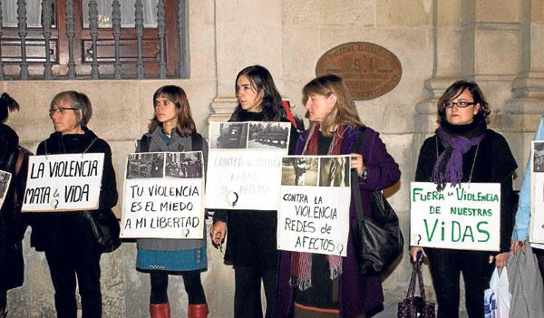 Concentración de la plataforma 8 de marzo en la Plaza Nueva de Sevilla contra la violencia machista. / El Correo