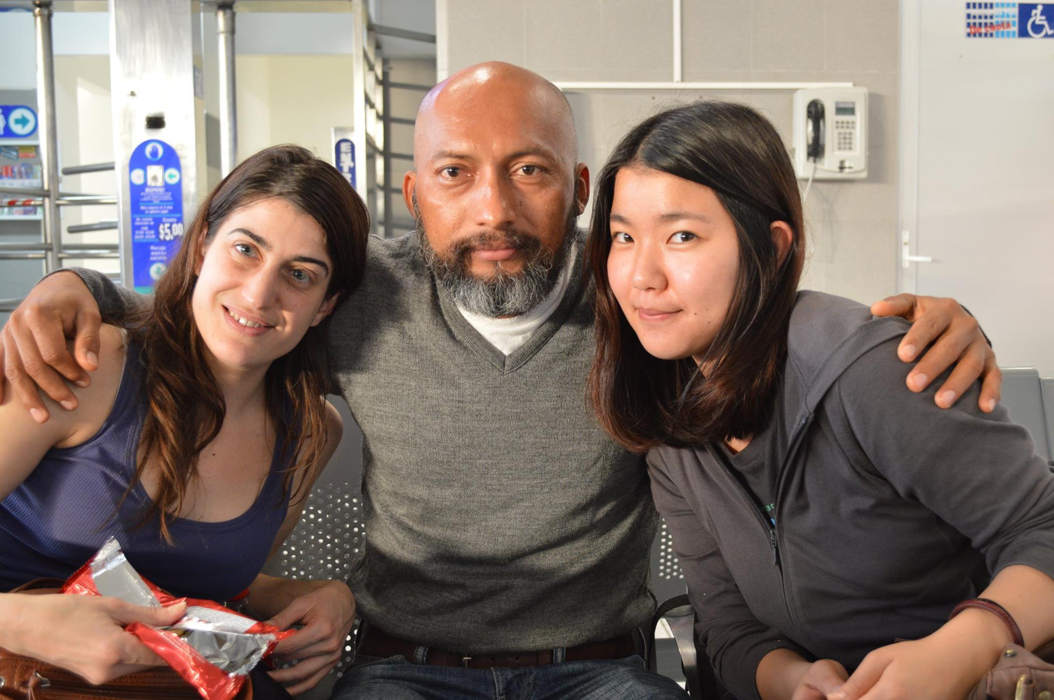 En la foto Saa Carvalina, Darío Villasís y Mari, una chica japonesa de 19 años que pasó el mismo tiempo que Sandra./ Facebook.