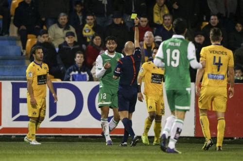 El árbitro muestra a Piccini una de sus dos amarillas / Foto: LOF