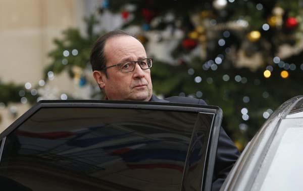"""El presidente francés, François Hollande, sale del Palacio del Elíseo para acercarse al semanario satírico francés """"Charlie Hebdo""""."""
