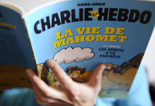 """Imagen de archivo fechada el 2 de enero de 2013 que muestra una edición especial del periódico satírico francés """"Charlie Hebdo"""" en París."""