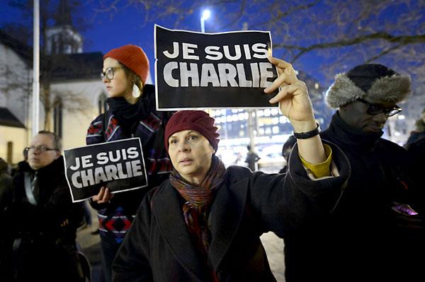 """Concentración para condenar el ataque contra la sede del semanario satírico francés """"Charlie Hebdo"""", en París. / EFE"""